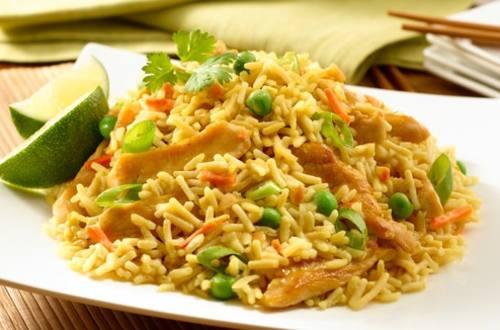 Saté de poulet avec riz frit au poulet