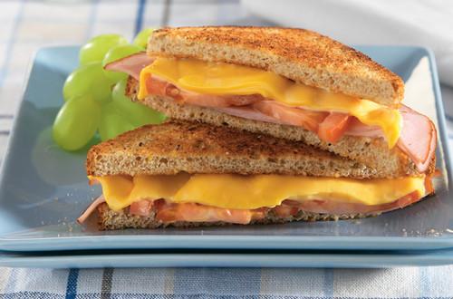 Sándwich tostado de jamón y queso