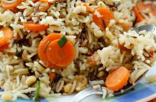 Рис с морковью, изюмом и орехами