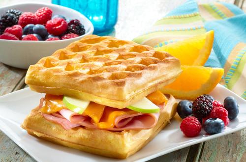Sandwiches De Jamón Y Queso En Waffles Tostados
