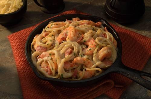 Spaghetti Knorr con salsa blanca, camarones y tocino