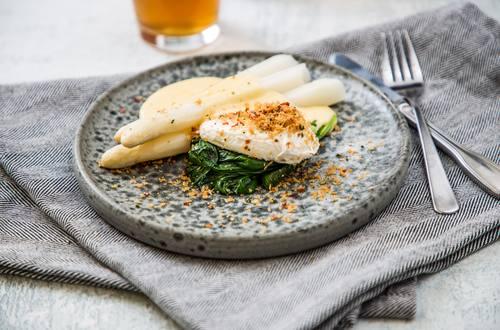 Hvide asparges med pocheret æg, sauteret spinat og hollandaisesauce