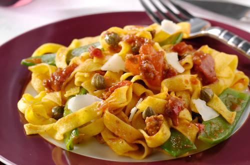 Tagliatelles au haché de boeuf épicé,mange-tout, câpres et parmesan