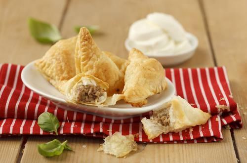 Blätterteigtasche mit Faschiertem und Mozzarella