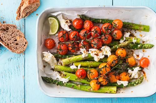 Asperges vertes et tomates en grappe au four