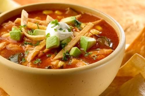 Sopa de tortilla con pollo y verduras asadas