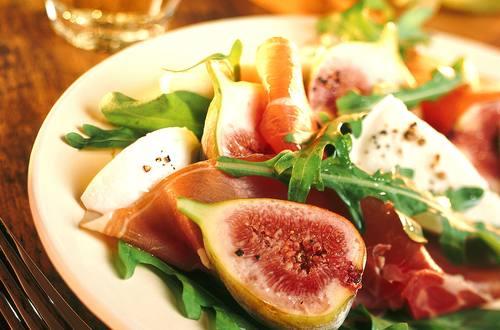 Feigensalat_mit_Parmaschinken,_Rucola_und_Mozzarella_in_Honigvinaigrette