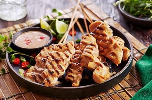 Satay de poulet avec sauce aux arachides