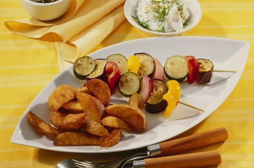 Knorr - Kartoffelspalten mit Gemüsespießen und Dip