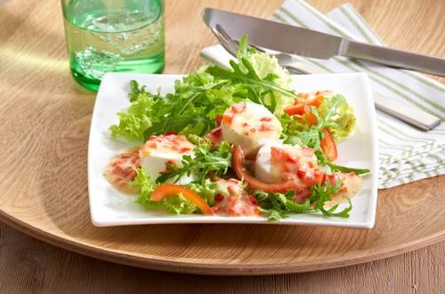 Rucola-Salat mit Ziegenkäse und einer Salsa
