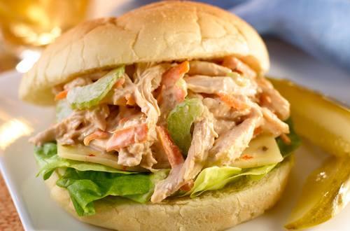 Sándwiches de ensalada de pollo asado