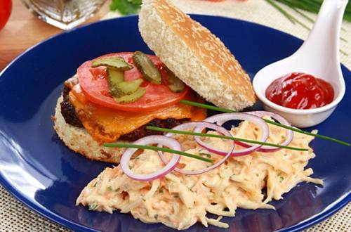 Гамбургер с салатом коул-слоу