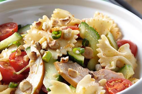 Salade de pâtes froides au filet de poulet fumé