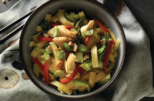 Sauté de poulet avec nouilles au gingembre et légumes