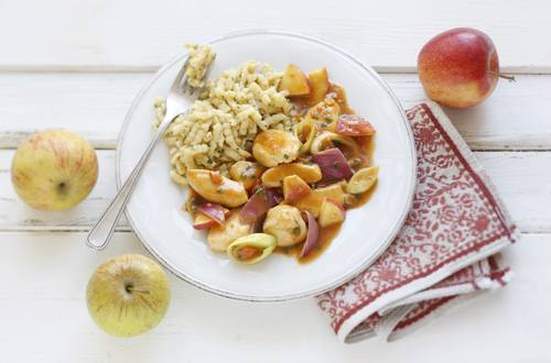 Mostgeschnetzeltes mit Äpfeln, Lauch und Kräuterspätzle