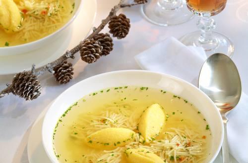 Festliche Hühnersuppe mit Polenta-Nocken