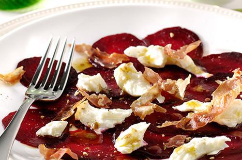 Bietencarpaccio met mozzarella en krokante ham