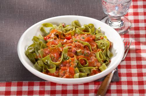 Nudeln mit Tomaten-Speck-Sahne