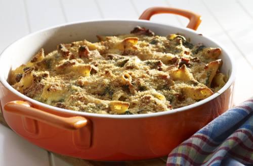 Pasta al horno con espinacas y tomates