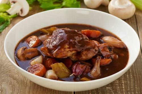 Pollo estofado en vino tinto (COQ AU VIN)