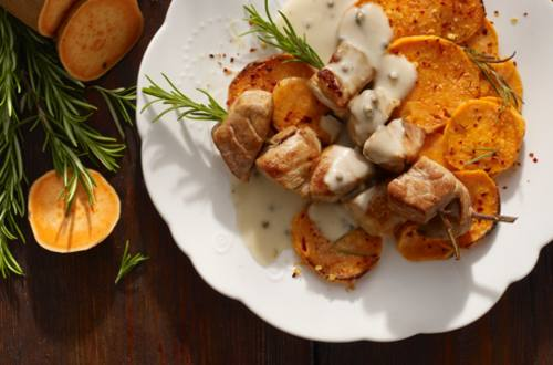Varkensbrochettes met pepersaus en gratin