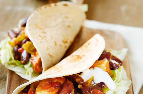 Huehner-Chili_Tortillas_mit_Bohnen_und_Paprika