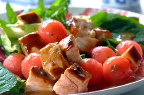 Теплый салат с лососем гриль, авокадо и помидором черри