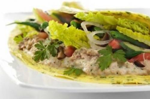 Omelette relleno con ensalada de atún