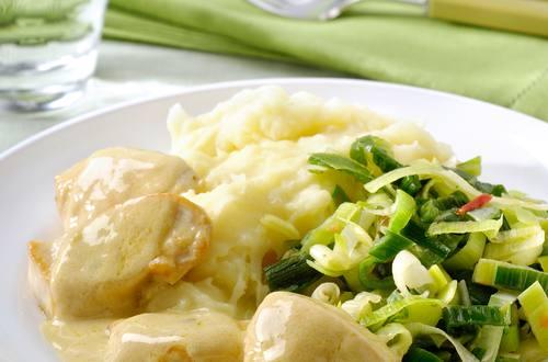 Poulet sauce fines herbes à l'ail, poivre, poireaux et purée de pomme de terre