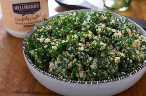 Ensalada de quinoa y col con hierbas frescas
