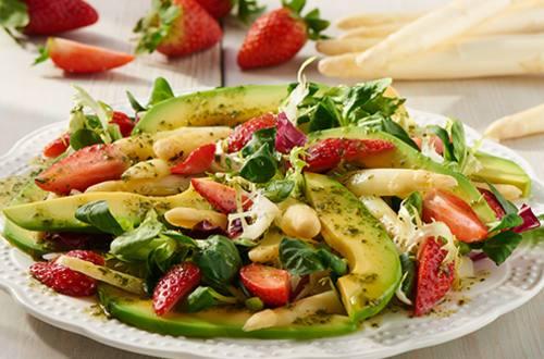 Salade met witte asperges en aardbeien