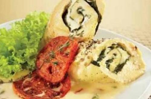 Pechuga rellena de espinaca con salsa de jitomate y queso