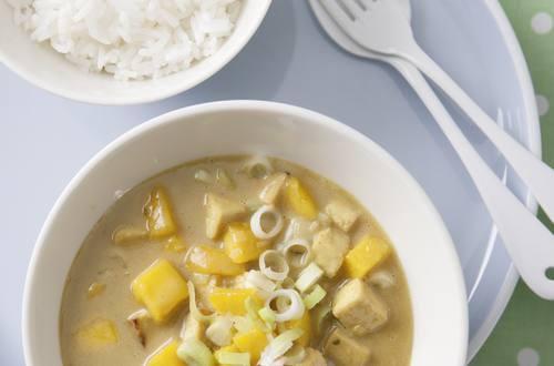 Tofu-Curry mit Erdnusscreme und Mango