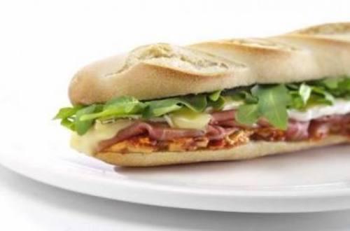 Sándwich caliente de jamón crudo, brie y hellmann´s con t...