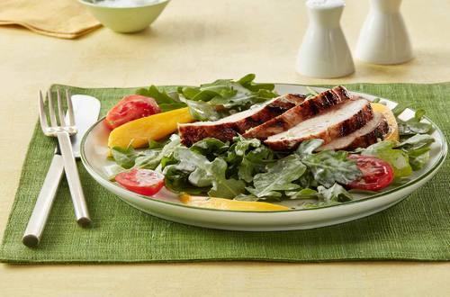 Salade de poulet grillé avec vinaigrette à l'avocat lime