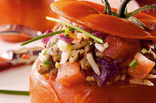 Gevulde rode tomaten met rijst, gehakt en rode ui