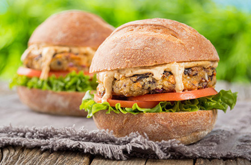 Burgers grillés aux haricots noirs chipotle et au quinoa