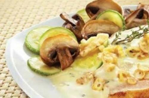 Chuleta con salsa de espinaca, nuez de castilla y ajo