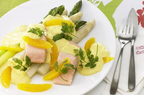Knorr - Grüner und weißer Spargel mit gedünstetem Lachs und Orangen-Hollandaise