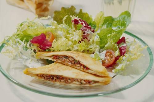 Blattsalate der Saison mit gebackenen Pilzbroten