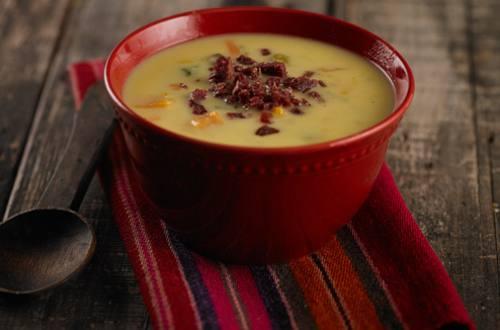 Sopa crema de verduras, reducción de vino blanco y chorizo crocante