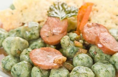 Ñoquis verdes de espinaca a la bolognesa