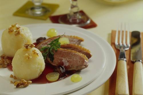 Entenbrust_mit_Trauben-Cassis-Sauce_zu_Knoedeln_mit_karamellisierten_Walnuessen