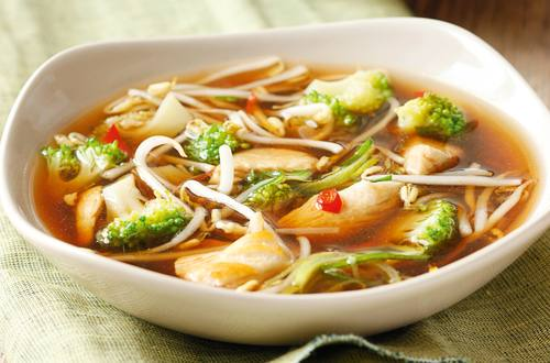 Scharfe Asia-Suppe mit Huhn