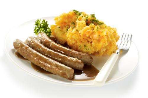 Saucisse avec purée de carottes et jus de viande