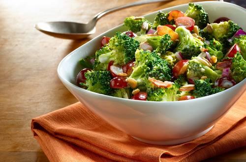 Ensalada rápida de uvas y brócoli