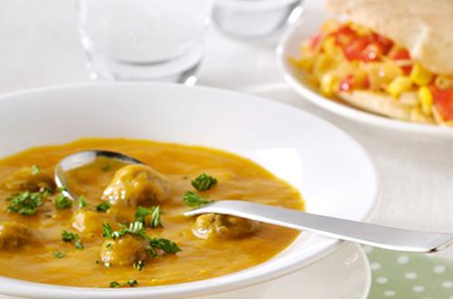 Soupe douceur de légumes aux boulettes et petits pains pita au fromage