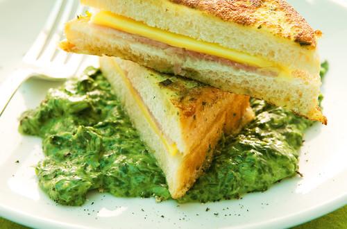 Kaese-Schinken-Toast_auf_Rahmspinat
