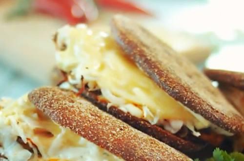 Горячий сандвич с квашеной капустой и курицей