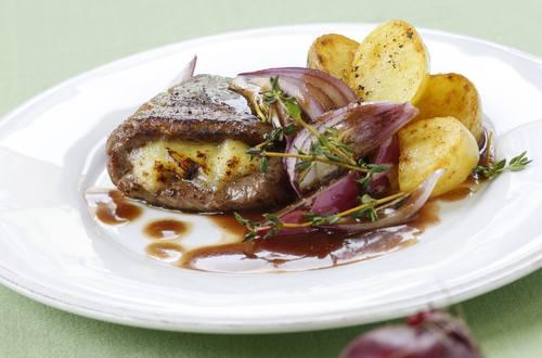 Knorr - Gefüllte Rindsschnitzel mit Rotwein-Zwiebelsauce